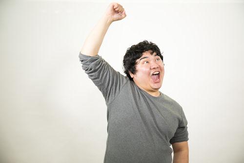 勝利してガッツポーズの男性