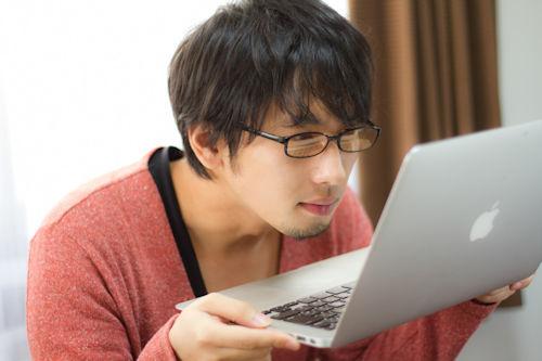 パソコンを見る男性01