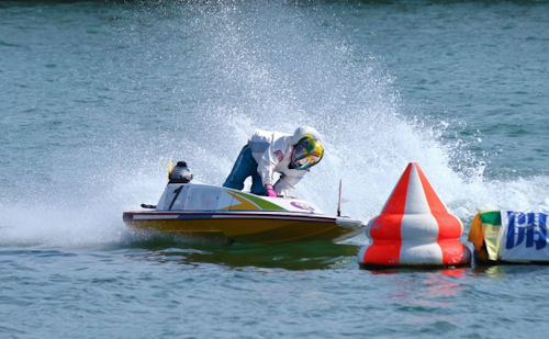 競艇場を走るボート01