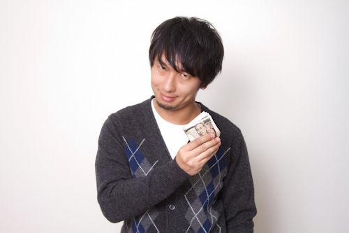 お札を握りしめる男性01